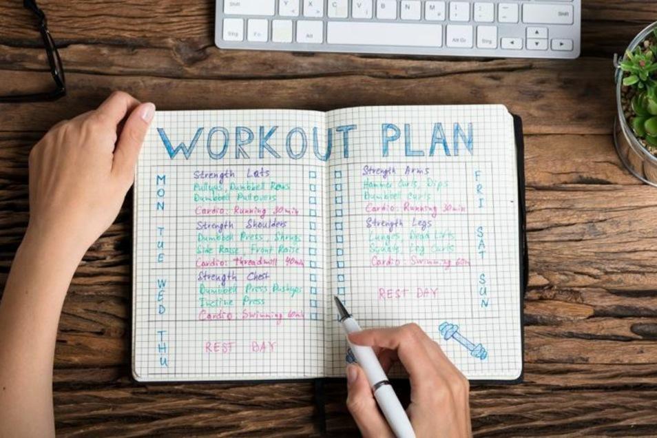 Ein strikter Plan und Routine helfen dabei sich an regelmäßige Bewegungseinheiten zu gewöhnen.