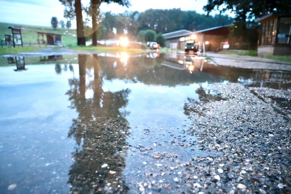 Hart getroffen hatte es den Landhof in Stolpen. Mitarbeiter versuchten das Wasser abzupumpen.