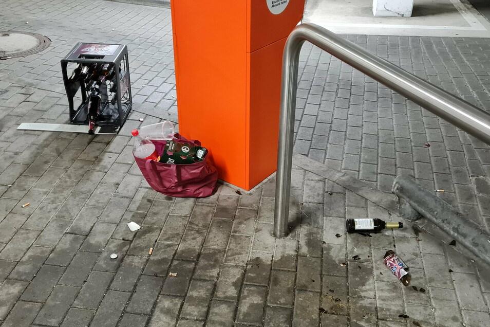 Leere und zerschmetterte Flaschen: So hinterließen Unbekannte die Tiefgarage in der Bautzener Innenstadt nach einer illegalen Partynacht.