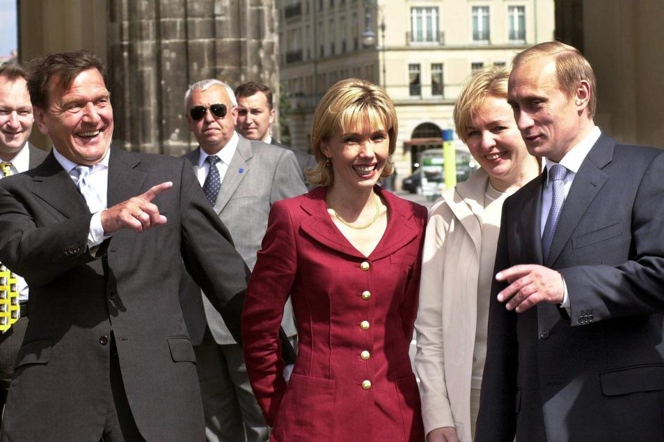 Der damaligeBundeskanzler Gerhard Schröder (l-r), seine damalige Frau Doris Schröder-Köpf, Ljudmila Putina und der russische Präsident gehen im Juni 2000 durch das Brandenburger Tor in Berlin.