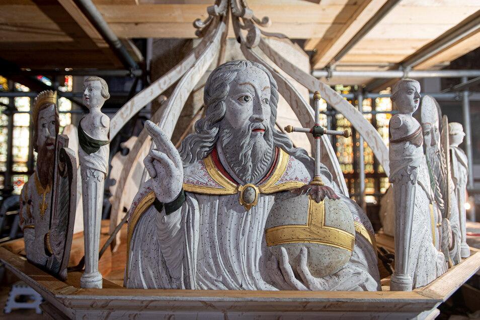 Am Schalldeckel der Kanzel ist unter anderem Christus mit der Weltkugel zu sehen.