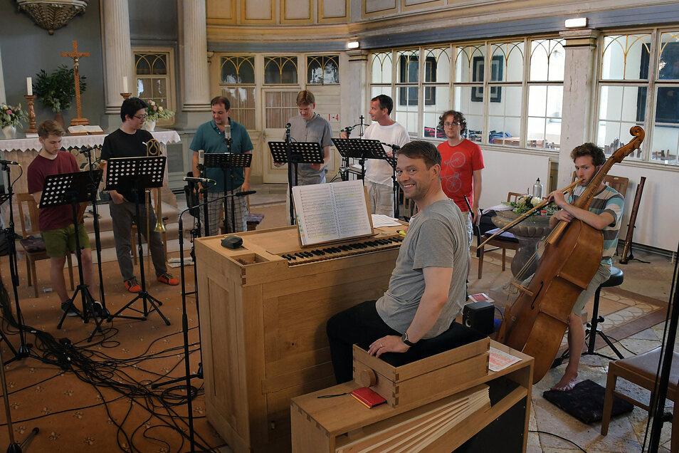 Derzeit laufen die Tonaufnahmen für die Einspielung einer CD mit Werken von Melchior Vulpius. Geleitet werden diese wie auch das Konzert am Sonntag von René Michael Röder.