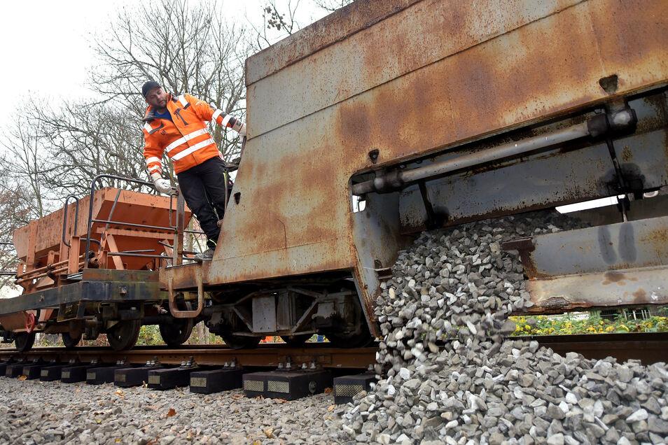 Während der Betriebspause der Zittauer Schmalspurbahn wird ein Gleisabschnitt neu geschottert.
