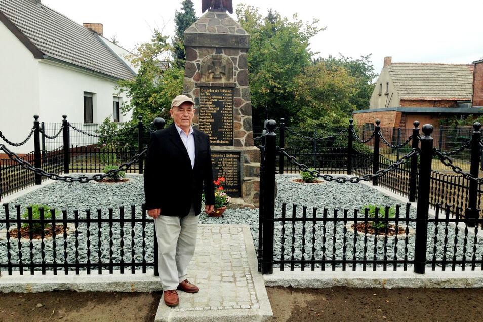 Der Sabrodter Schmied Helmut Pink schuf die eiserne Einfassung des Kriegerdenkmals Sabrodt originalgetreu neu. Wieder eingeweiht wurde das Denkmal am Sonntag, dem 2. August – einen Tag nach Helmut Pinks 80. Geburtstag am 1. August. Wir gratulieren nacht