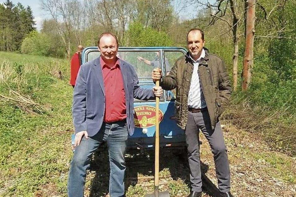 Die Bürgermeister von Loveckovice, Radek Cerny, und Zubrnice, Tomas Pernekr (rechts) absolvierten schon mal eine Testfahrt auf den alten Gleisen.