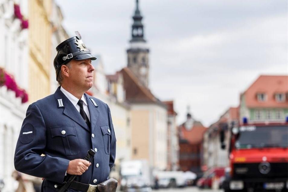 Ein Polizeikomparse steht auf dem Obermarkt und wartet auf seinen nächsten Einsatz.