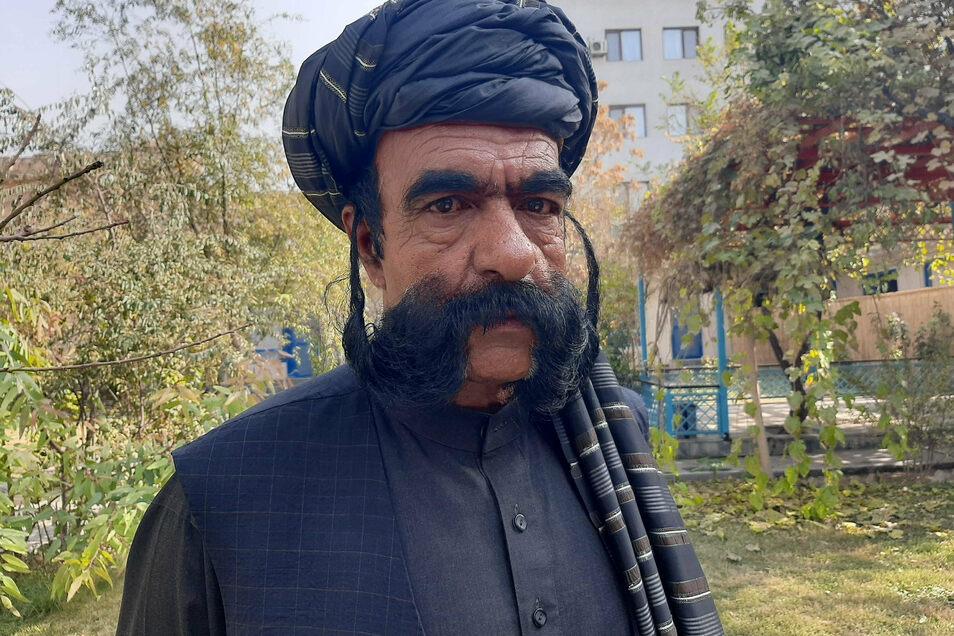 Der afghanische Schneider Schir Khan zeigt seinen 60 Zentimer langen Schnurrbart. Sein Bart bringt ihm zwar kein Einkommen, aber Berühmtheit.
