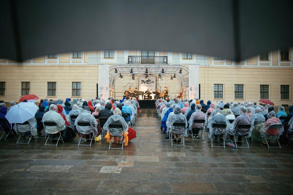 Mit Regenschutz und Abstand. Das Eröffnungskonzert des Moritzburg-Festivals fand in diesem Jahr nicht im Speisesaal des Schlosses, sondern auf der Nordterrasse statt. Auch fast alle anderen Veranstaltungen wurden wegen der Corona-Pandemie dorthin verlegt
