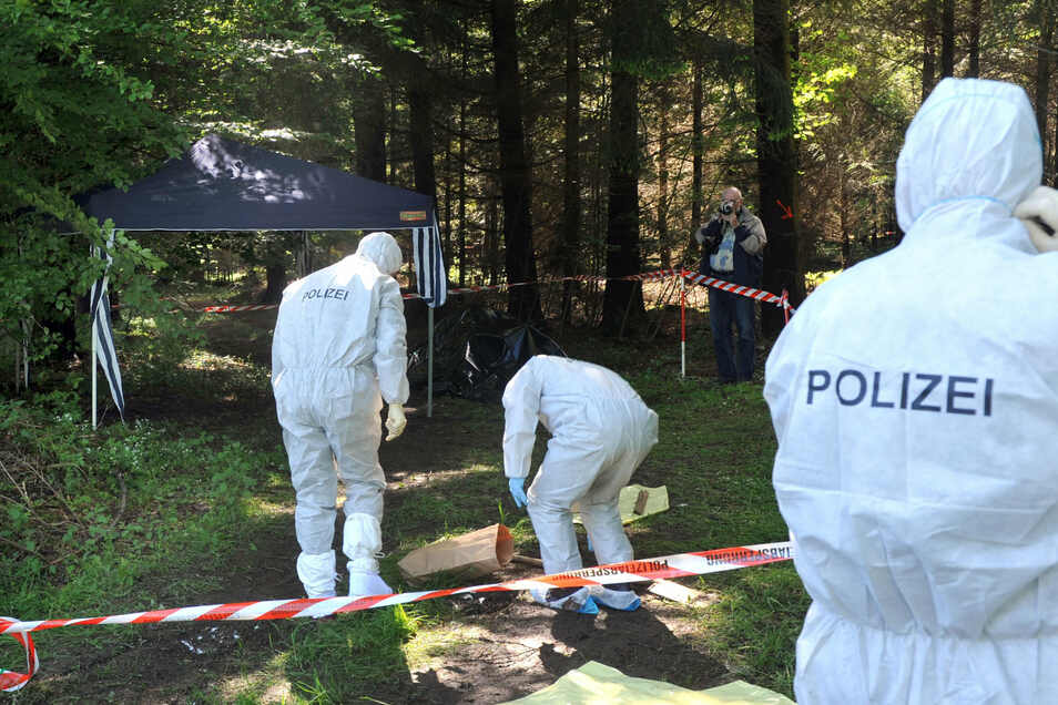 Kriminalbeamte untersuchen bei Heidenheim-Nietheim den Waldboden. Zehn Jahre nach dem Mord an der Bankiersfrau Maria Bögerl in Heidenheim hoffen die Ermittler immer noch auf eine Aufklärung des Falls.
