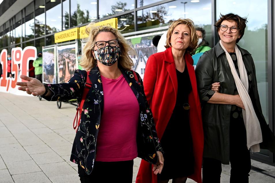 Svenja Schulze (SPD), Malu Dreyer (SPD), Ministerpräsidentin von Rheinland-Pfalz, Saskia Esken, Bundesvorsitzende der SPD, kommen zum Berliner Tagungsort für die Koalitionsverhandlungen in der vergangenen Woche.