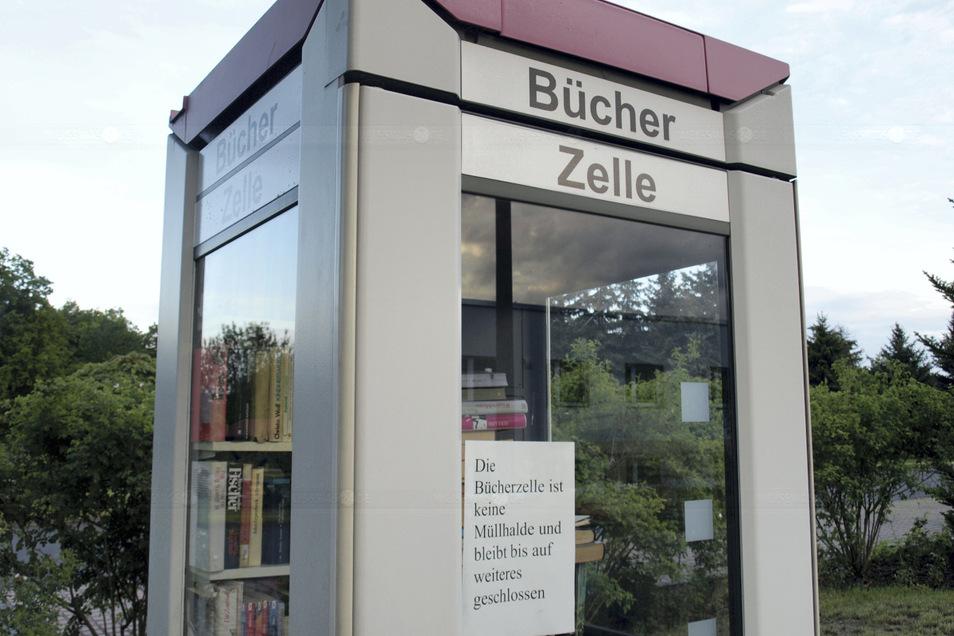 """Kostenlos Bücher ausleihen und tauschen können ist Sinn der öffentlichen Bücherzelle in Weißkeißel. Leider nutzen manche sie zur Müllablagerung. Die Folge: """"Die Bücherzelle ist keine Müllhalde und bleibt bis auf weiteres geschlossen."""""""
