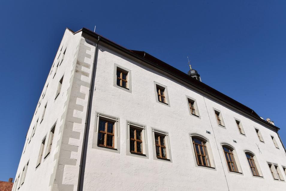 Wie eine Trutzburg sehen die Mauern des Dippser Rathauses aus. Aber heutzutage greifen keine Ritter mehr an, sondern Hacker, die völlig unbemerkt über die Datenleitungen ins Haus kommen.