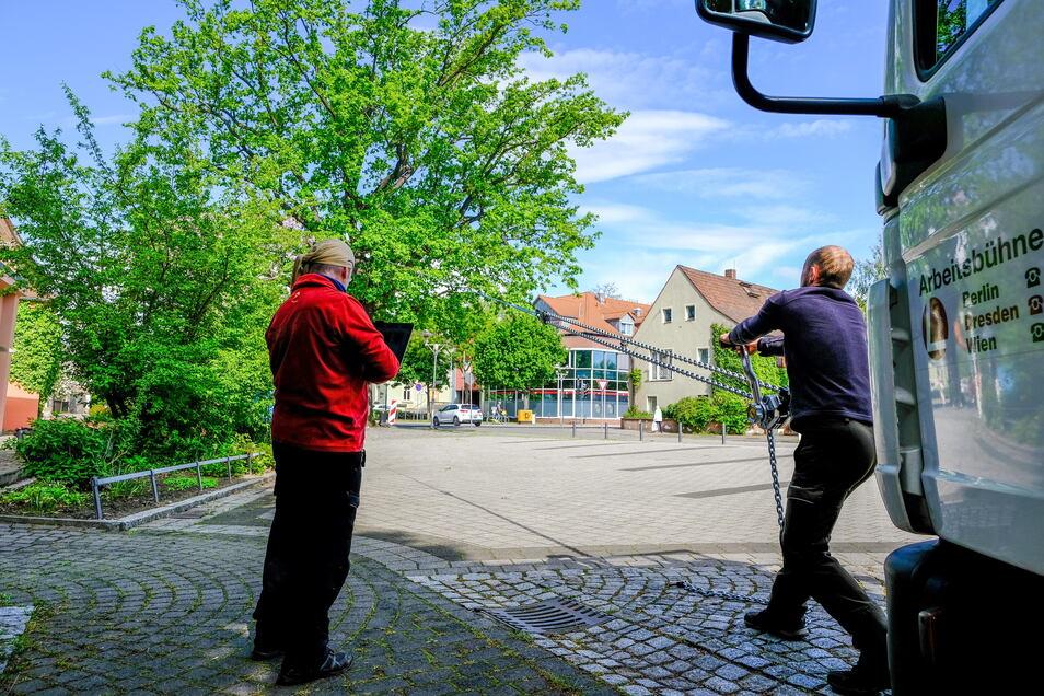 Die Wettin-Eiche prägt den Wettinplatz im Zentrum von Coswig. Sie war anlässlich der 800-Jahrfeier des Hauses Wettin im Juni 1889 gepflanzt worden. Nun wird der Baum gründlich untersucht, weil sich ein Pilz an seinem Stamm ausgebreitet hatte.