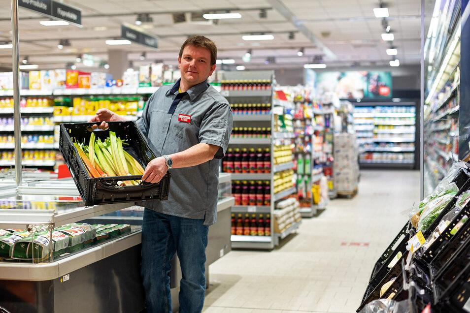 Marktleiter Michael Wolf bei den letzten Handgriffen vor der Wiedereröffnung des Marktes in Dipps.