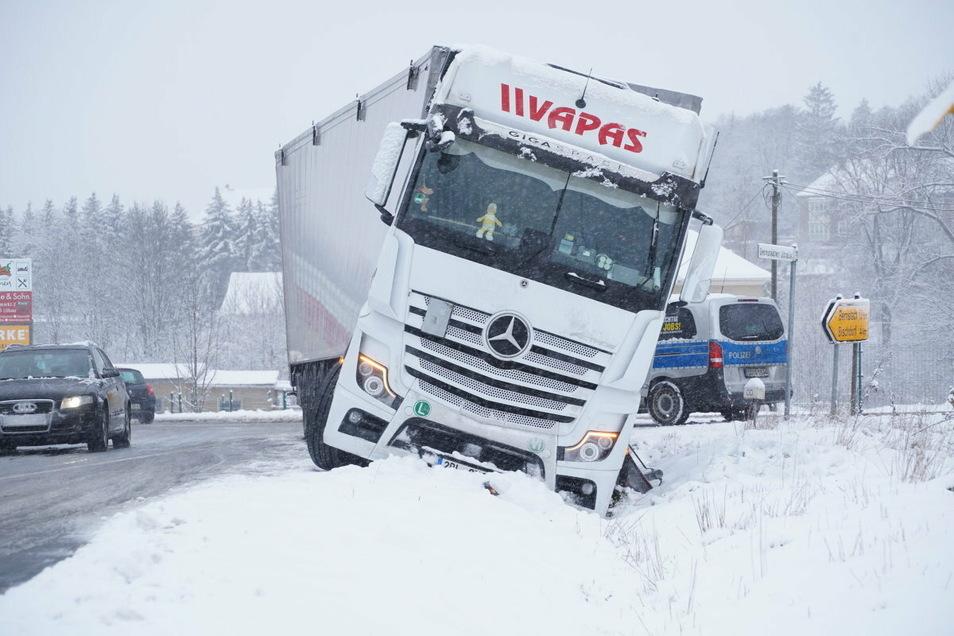 Die glatte Fahrbahn ist einem tschechischen Lkw-Fahrer beim Abbiegen auf der B6 in Löbau zum Verhängnis geworden.