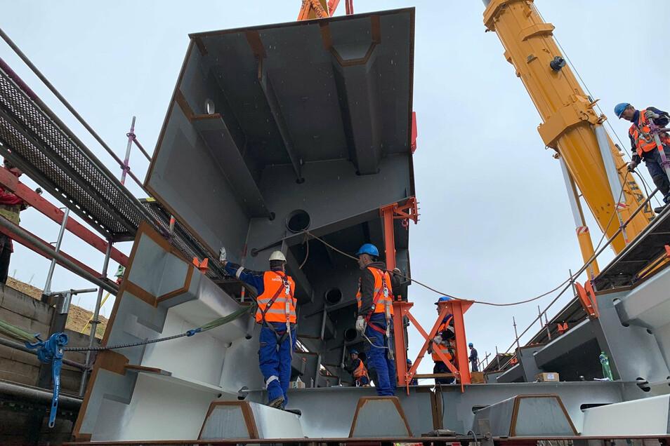 Südumfahrung-Baustelle auf dem Sonnenstein: Arbeiter fügen die Stahlteile für die Gottleubatal-Brücke zusammen.
