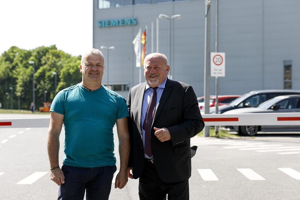 Betriebsratsvorsitzender Ronny Zieschank (li.) kurz nach seiner Wahl im Mai 2018 mit dem damaligen Görlitzer Oberbürgermeister Siegfried Deinege vor dem Görlitzer Siemens-Werk.
