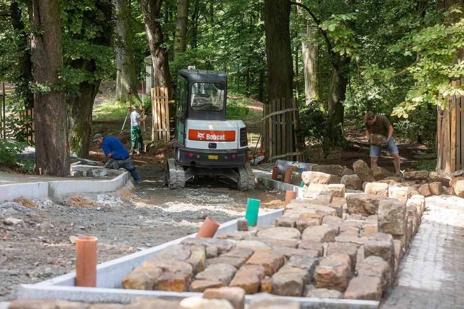 Alte Steine werden Am Mühlberg in Rabenau in einigen Monaten zum Klettern einladen. Dann ist der Weg aus dem Rabenauer Grund in die Stuhlbaustadt fertig.