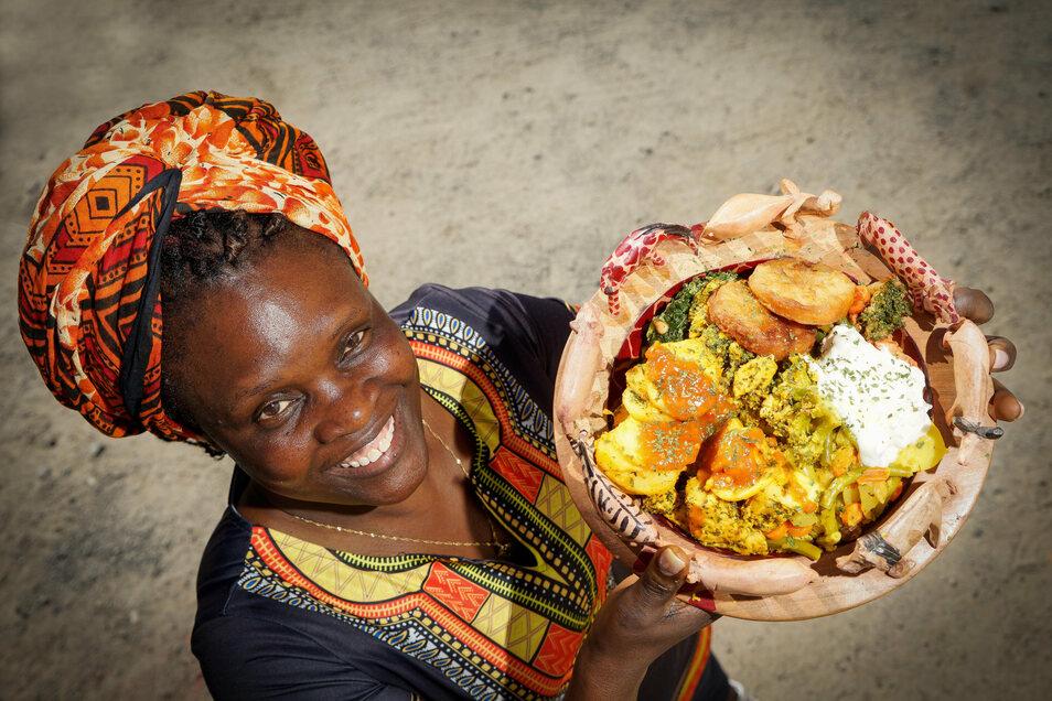 Beim Streetfood-Festival auf dem Bautzener Schützenplatz bietet Maureen Schubert Gerichte aus ihrem Heimatland Tansania an.