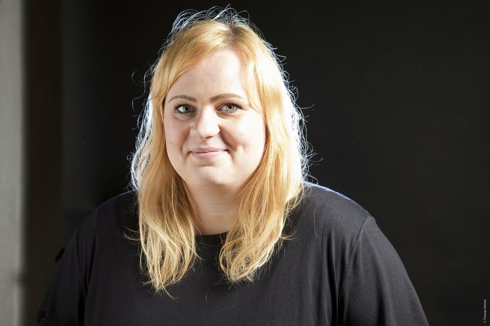 Paula Irmschler wuchs in Dresden auf und lebt jetzt in Köln, sie arbeitet für das Satiremagazin Titanic.