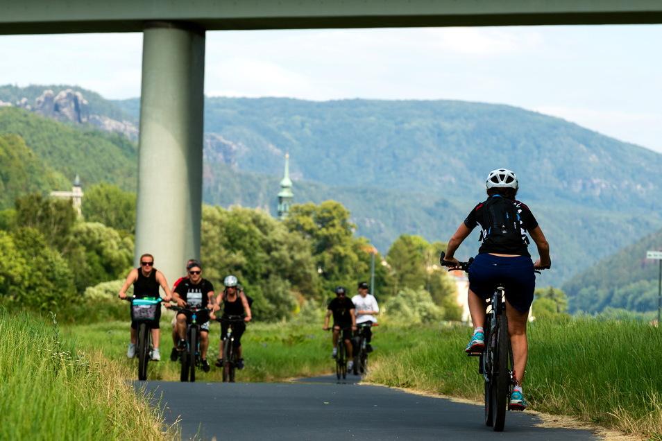 Elberadweg bei Bad Schandau: Der Streckenabschnitt durch die Sächsische Schweiz ist besonders reizvoll.