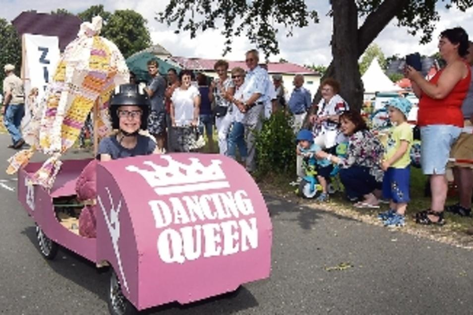 Emilia Vetter sorgte mit ihrer Seifenkiste namens Dancing Queen für Aufsehen und gewann den Preis für die schöneste Seifenkiste.