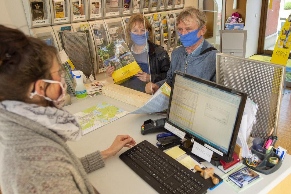 In der gerade wiedereröffneten Tourist-Information in Moritzburg erkundigen sich die ersten Gäste nach Angeboten im Ort.