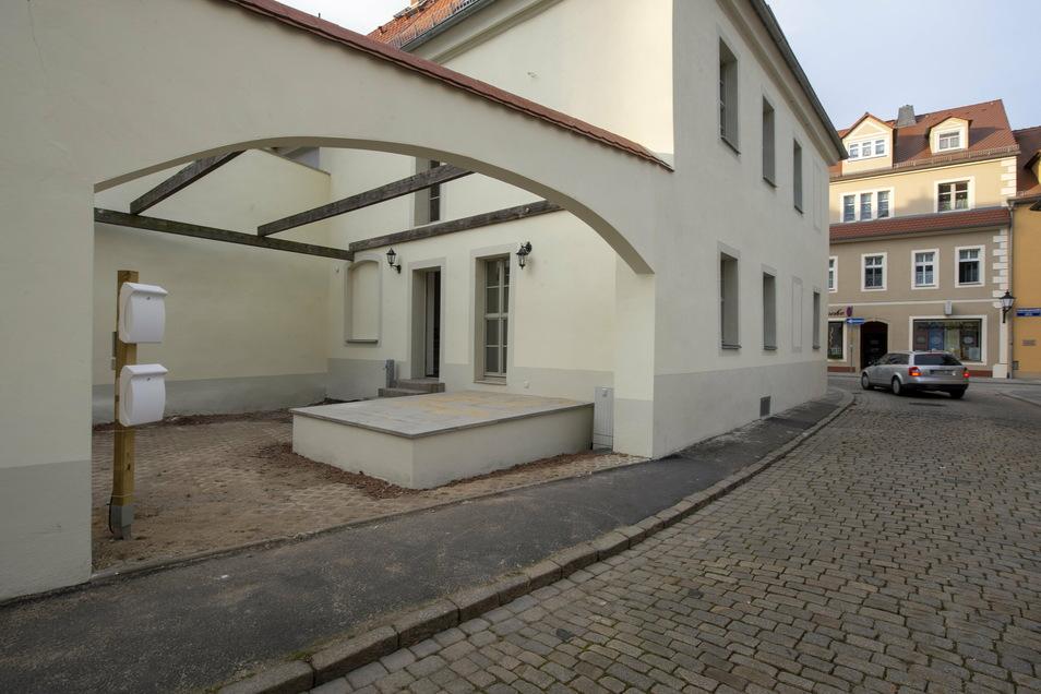 Das sanierte Denkmalhaus hat den Eingang am Kirchplatz. Hier sollen die großen Tore wieder hinein.