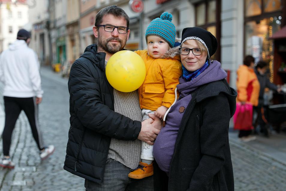 Stefan Brussig, Cindy Petereit und der kleine Florian gehörten zu den wenigen, die sich den Bummelsamstag in Zittau nicht entgehen ließen.