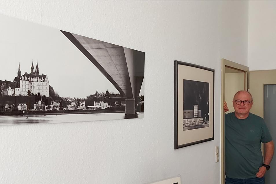 Doc Winkler neben seinen Fotografien in Schwarz-Weiß.