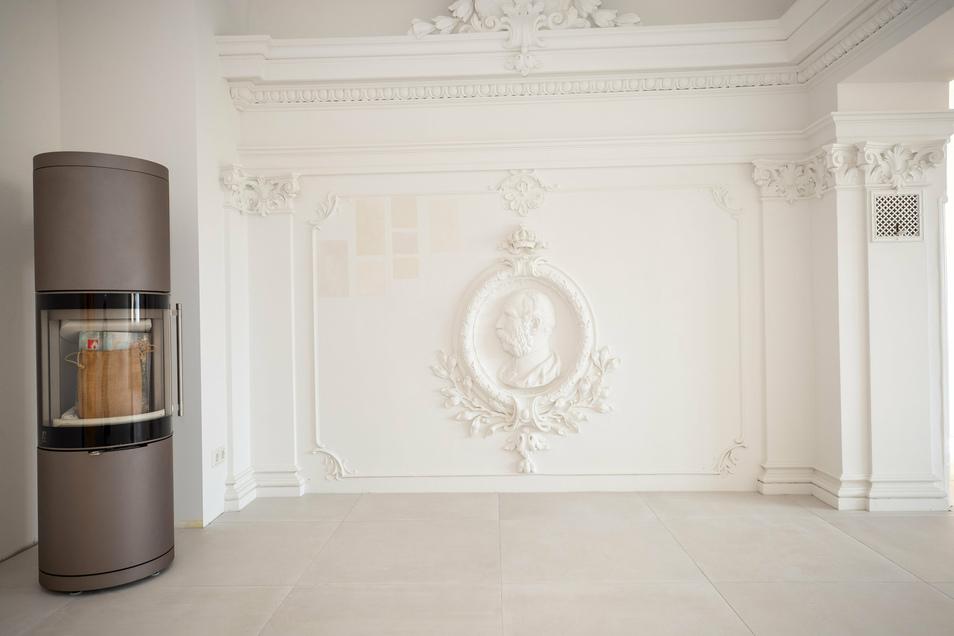 Ein Blick ins Wohnzimmer: Neben dem Kaminofen prangt das Relief von Kaiser Wilhelm, einst Ornament im Tanzsaal.