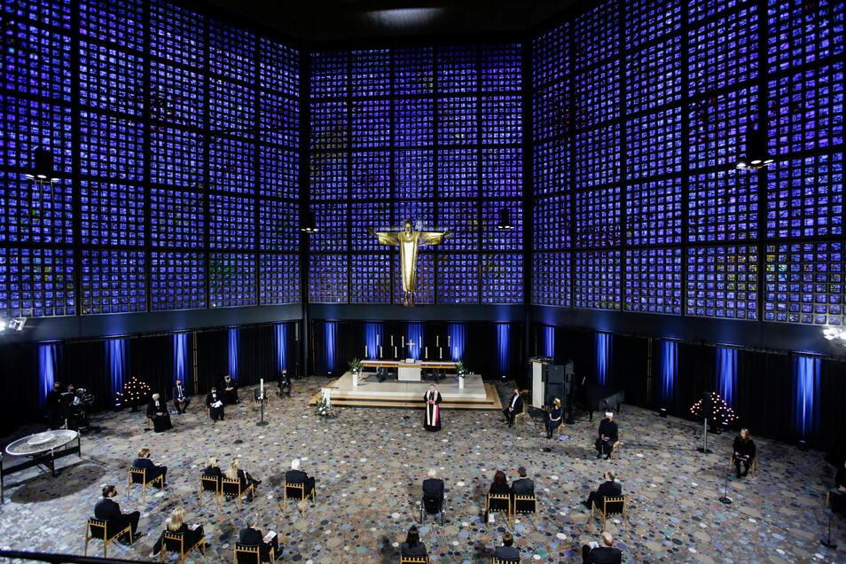 In der Berliner Gedächtniskirche wird ein ökumenischer Gottesdienst für die Verstorbenen der Corona-Pandemie gefeiert.