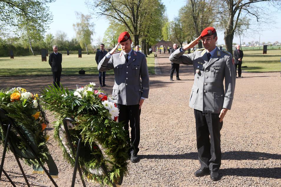 Auch Vertreter der Bundeswehr salutierten stumm im Ehrenhain Zeithain.
