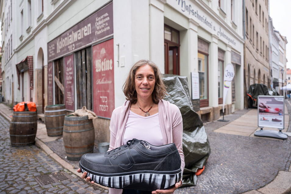 """Iris Näwig vor ihrem """"Vita Regia"""" -Schuhgeschäft.- das jetzt aber ganz anders aussieht."""
