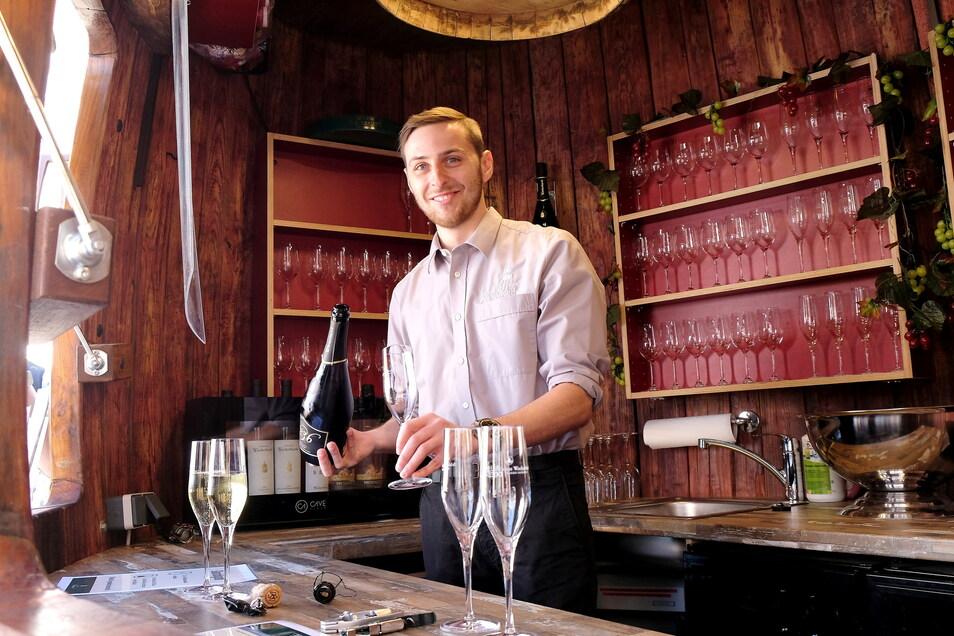 Dort wo über 65 Jahre lang 13.000 Liter Rotwein lagerten, hat Steven Barke vom Weingut Wackerbarth jetzt für eine Woche seinen Arbeitsplatz. Er präsentiert in Meißen die Radebeuler Produkte.