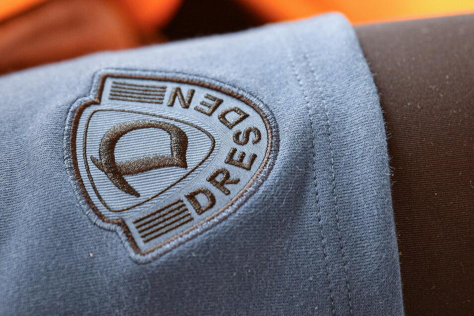 Das Vereinslogo auf der Hose ist blau hinterlegt - für manche Fans ein Unding. © Lutz Hentschel