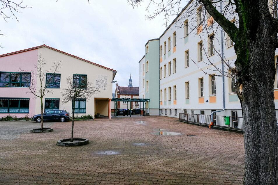 Das vor 13 Jahren errichtete Gebäude für den WTH-Unterricht (im rechten Foto links) wird abgerissen, um Platz für die neue Turnhalle zu bekommen.