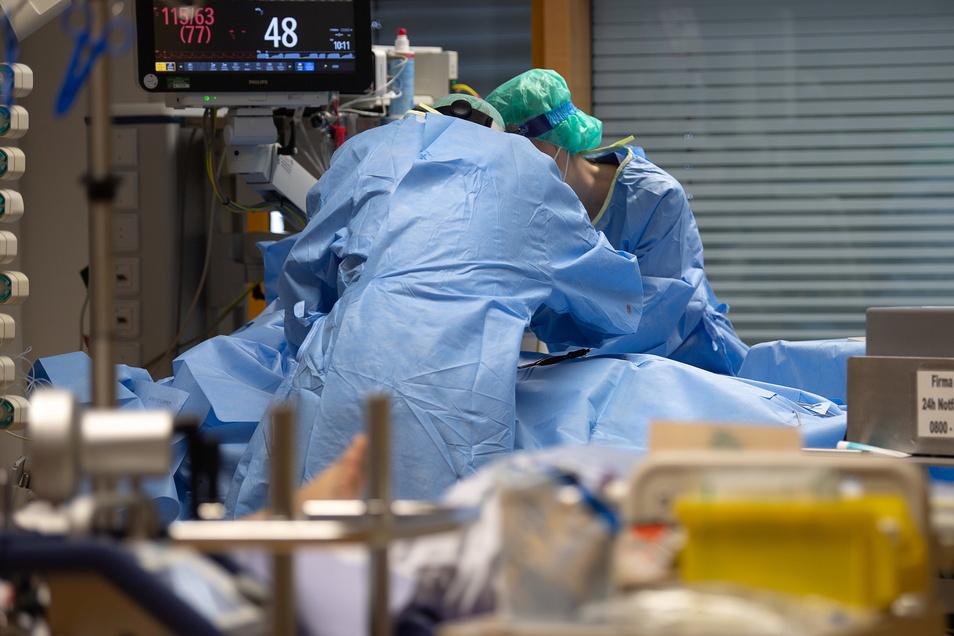 Medizinisches Personal legt auf einer Intensivstation des RKH Klinikums Ludwigsburg einem Covid-19-Patienten einen Zugang für die künstliche Beatmung.