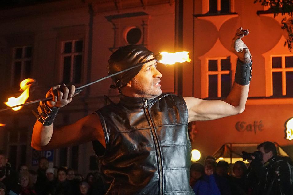 Bautzens Einkaufsnacht Romantica begeistert Besucher auch mit Darbietungen wie Feuershows. Bisher organisierten die Citymanagerin und der Innenstadtverein die Veranstaltung. Wie es in diesem Jahr damit weitergeht, ist offen.