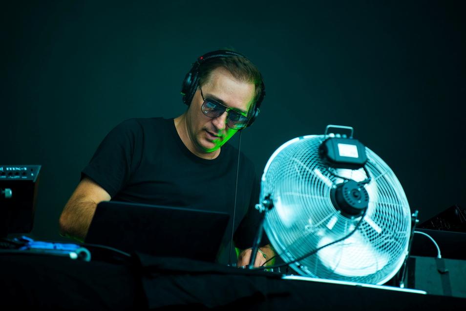 Mit Sonnenbrille und Ventilator: Paul van Dyk begeisterte seine Fans in Dresden.