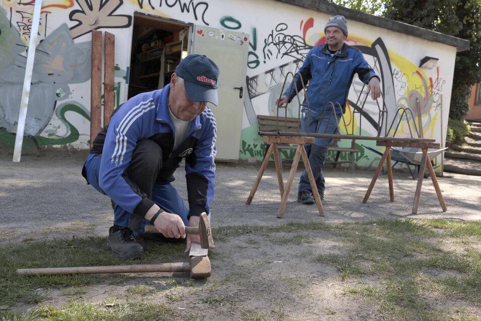 Im Skaterpark laufen aktuell viele Reparaturen. Die Mitarbeiter des Kamenzer Kinderschutzbundes sind mit Freude bei der Arbeit.