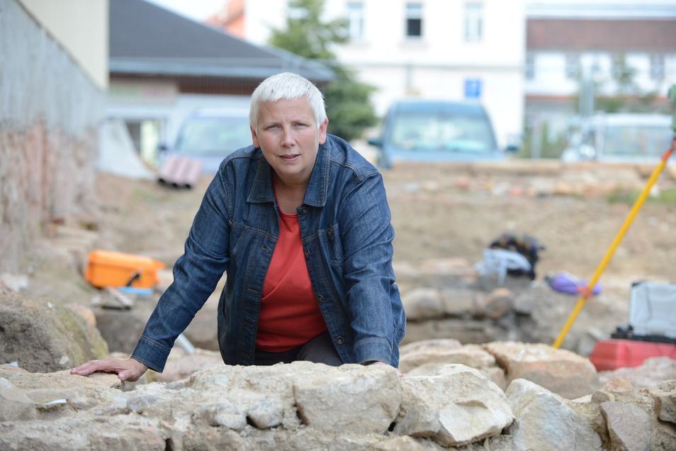 Das Foto zeigt Christiane Hemker im Jahr 2013 auf der Grabungsstelle auf der Fläche des Roten Hirschs in Dippoldiswalde.