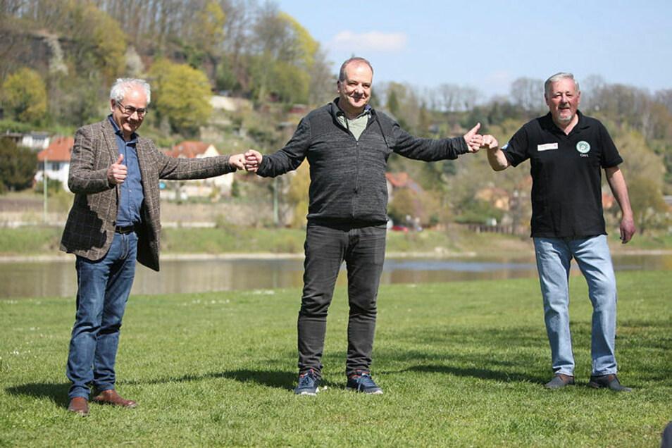Tom Pauls, Prof. Dr. Thomas Gischke, Chef vom Verein Kleinkunstbühne Q24 und Gert Lorenz vom Q24 (von links) zeigen die Stelle, an der ihre Freilichtbühne im August stehen soll.