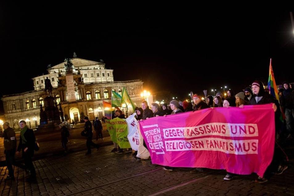 """Während die asylkritische Pegida-Bewegung ihre Anhänger ab 18.30 Uhr in Dresden am Skaterpark an der Lingnerallee versammelte, hat das Bündnis """"Dresden für alle"""" zu einer Gegendemonstration aufgerufen. Zu dem geplanten Sternlauf, der an sechs verschiedenen Orten startete, kamen 9000 Teilnehmer."""
