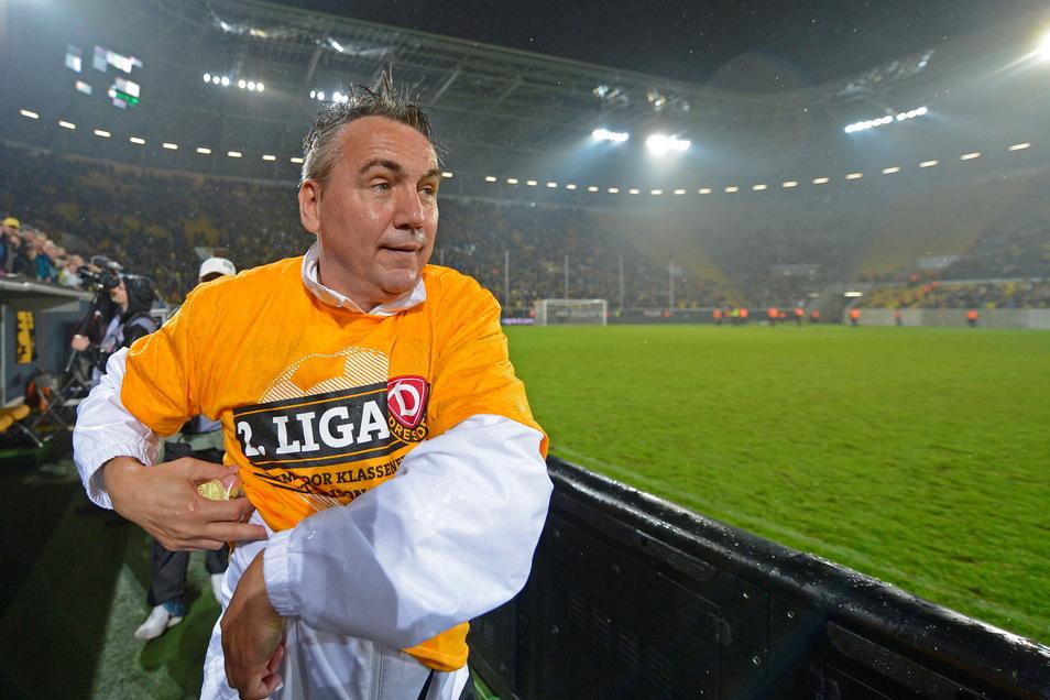 Geschafft: Peter Pacult feiert nach dem 2:0-Sieg im Relegationsrückspiel gegen den VfL Osnabrück im Mai 2013 den Klassenerhalt mit Dynamo. Doch nach nur vier Spieltagen in der neuen Saison wird der Trainer gefeuert.