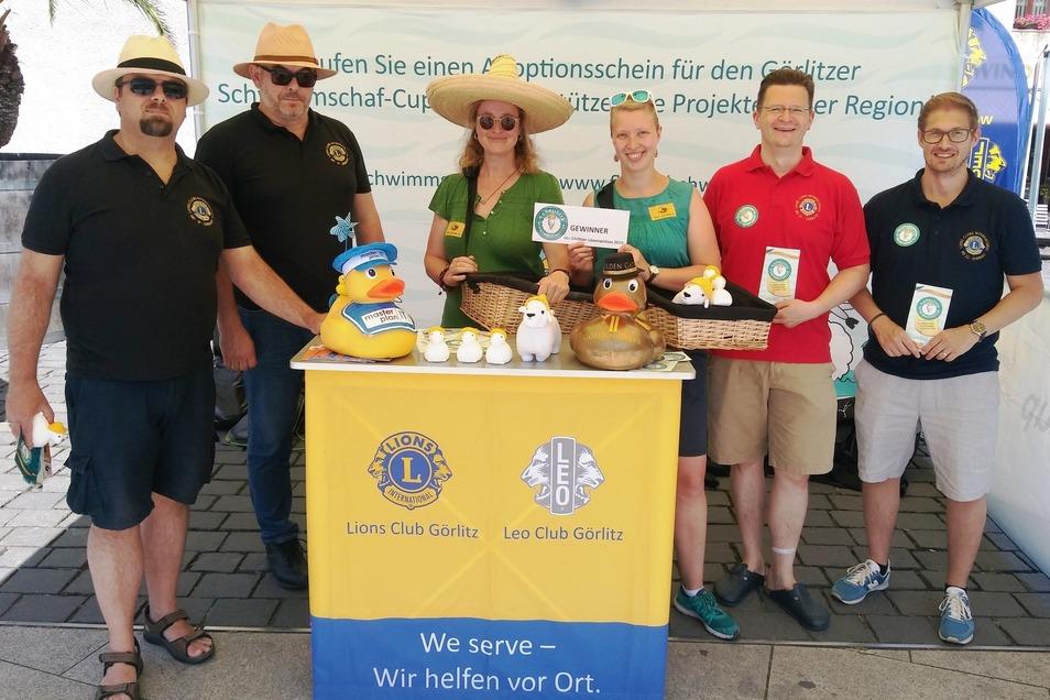 """Mitglieder des Lionsclubs Görlitz und vom Verein """"Tierra – Eine Welt"""" verkaufen auf dem Elisabethplatz Optionsscheine für den 4. Schwimmschafcup."""
