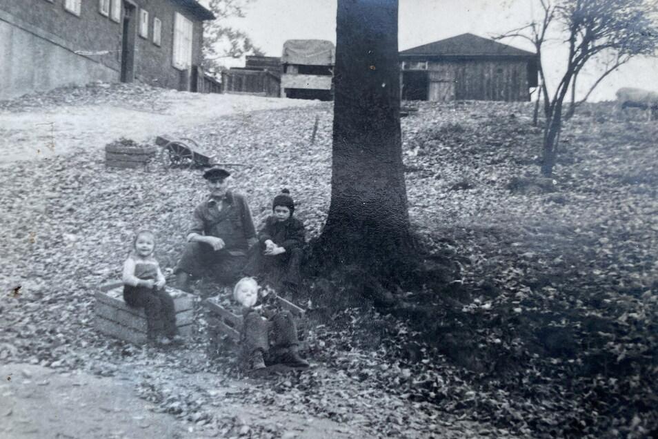 Barbara Engemann als Kind vor der Baude. Seitdem hat sich vieles verändert an dem Gebäude.