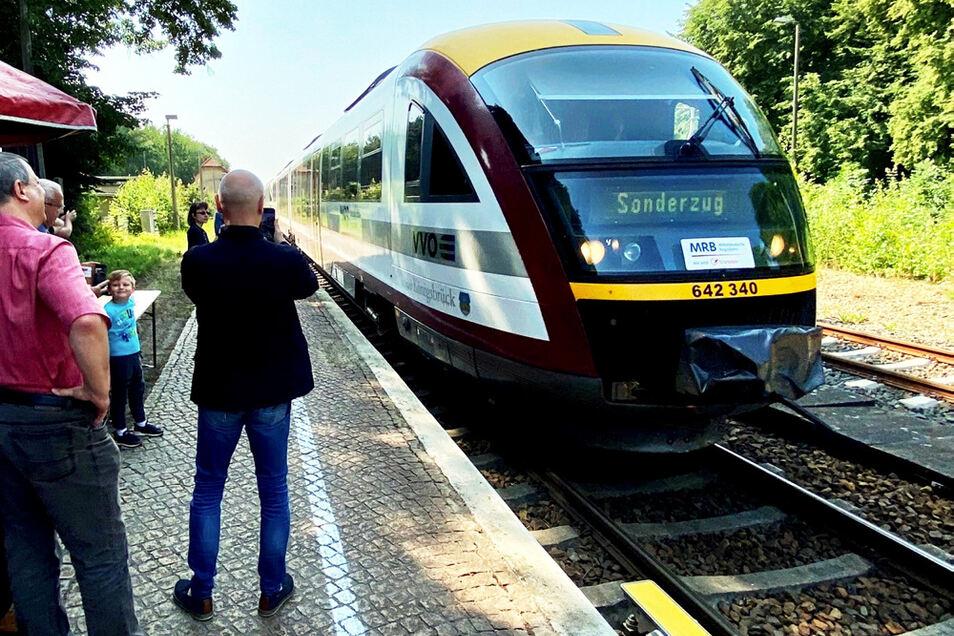 Einfahrt des ersten Sonderzuges der Seenlandbahn zum Saison-Auftakt am 24. Juli in Bernsdorf.