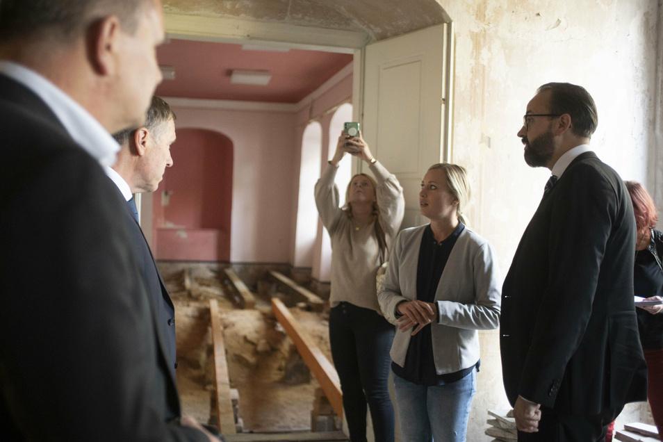 Sachsens Wissenschaftsminister Sebastian Gemkow (r.) lässt sich von der Elstraer Bauamtsleiterin Helen Mc Tiernan die geplanten Sanierungsarbeiten am Prietitzer Herrenhaus erklären.