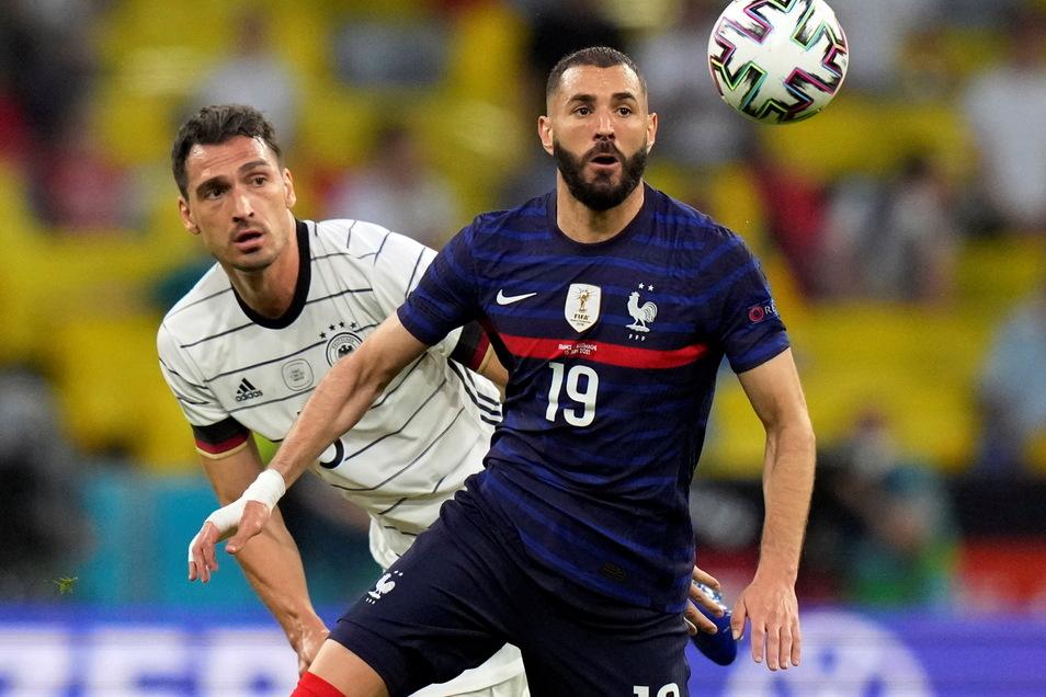 Duell der Rückkehrer: Mats Hummels (l.) im Zweikampf mit Frankreichs Karim Benzema.
